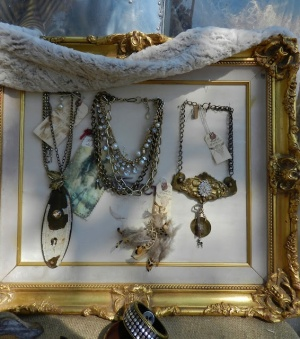 Baroque frame, earthy colors: A showcase for your recycled jewelry